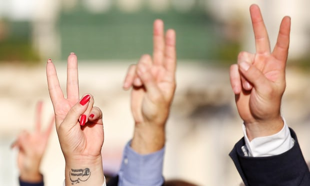 People-show-a-peace-sign