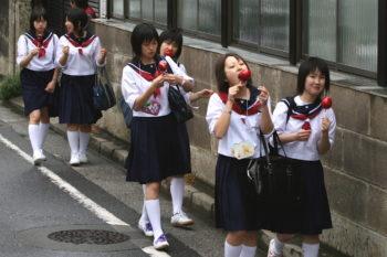 Japanese_schoolgirls_walking_and_eating