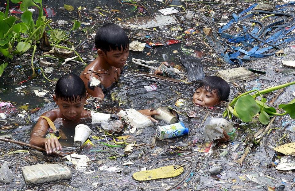 2A29C62300000578-3148193-Dangerous_Children_in_the_Philippines_are_risking_their_lives_to-a-11_1435912665033