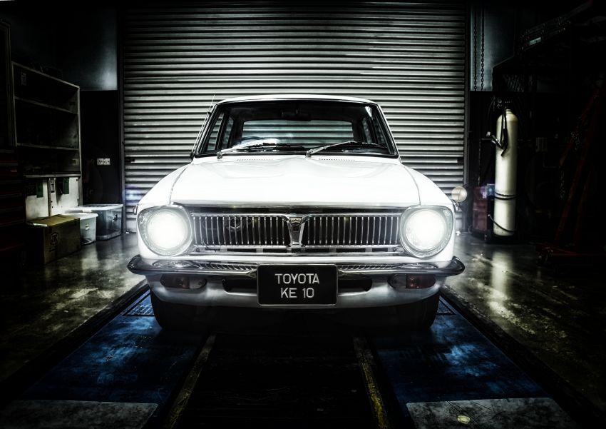 Toyota-Corolla-KE10_UMWT_335-lights-on_BM-850×601