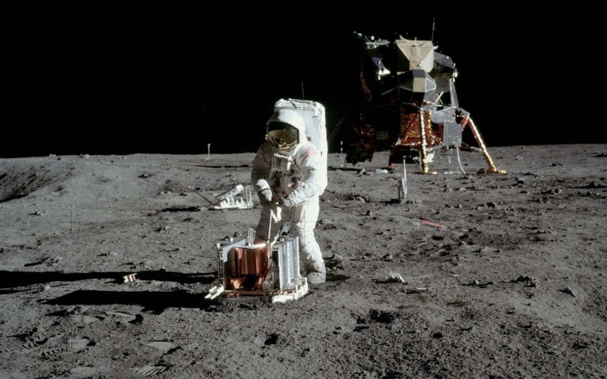 outer space nasa astronauts space suit apollo 11 lunar lander moon landing 1920×1200 wallpaper_www.miscellaneoushi.com_25