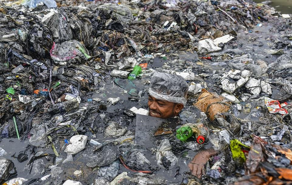 30654658-8513503-The_volunteers_swim_neck_deep_in_the_mountain_of_urban_waste_tha-a-39_1594496048319