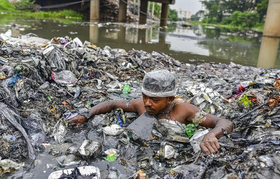 30654666-8513503-Volunteers_swim_up_to_their_neck_in_rubbish_as_they_try_to_rid_t-a-42_1594496048328