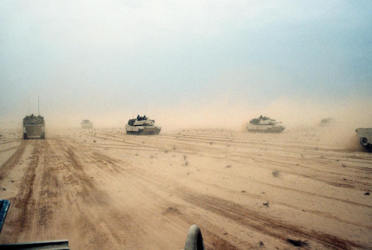 M1A1-Abrams-battle-tanks-desert-US-1st-February-1991