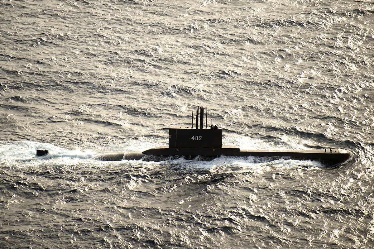 1200px-Indonesian_submarine_KRI_Nanggala_(402)_underway_in_August_2015