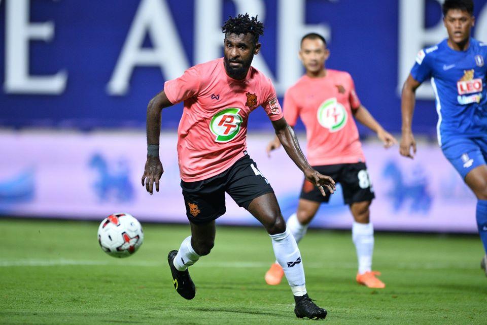 Yanto Basna dalam pertandingan Prachuap FC Vs BG Pathum. (Facebook/LEO Thailand).